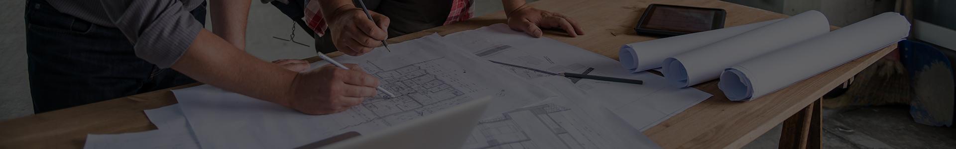 Architekci omawiają plan architektoniczny