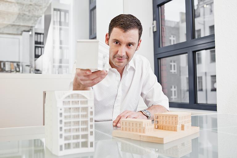 Architekt buduje makietę budynku